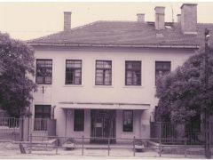 Az iskola főbejárata '80-as évek